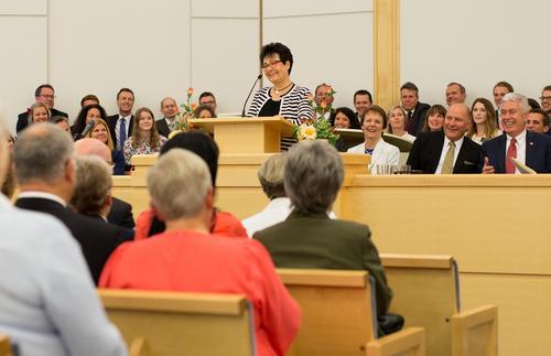 La hemana Uchtdorf hablando en Noruega