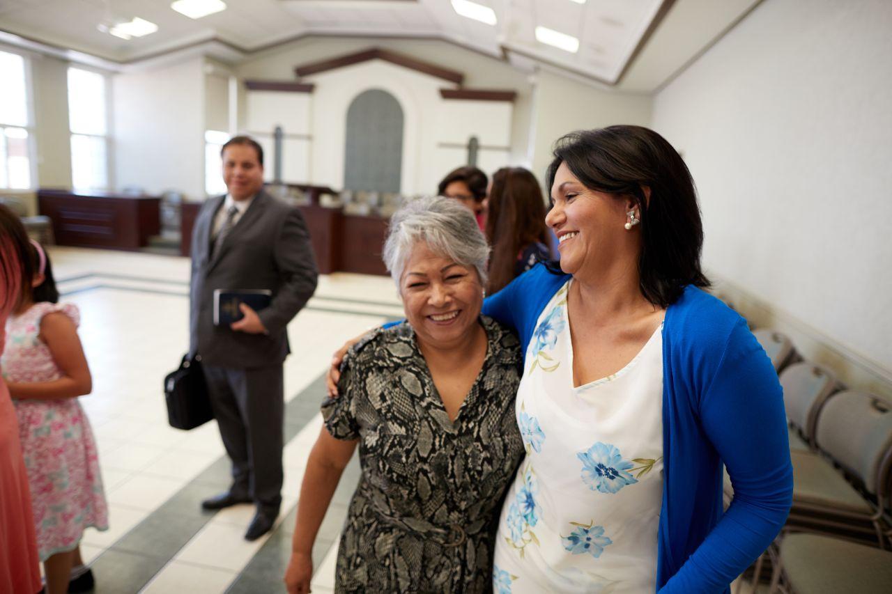 Dos mujeres en la Iglesia