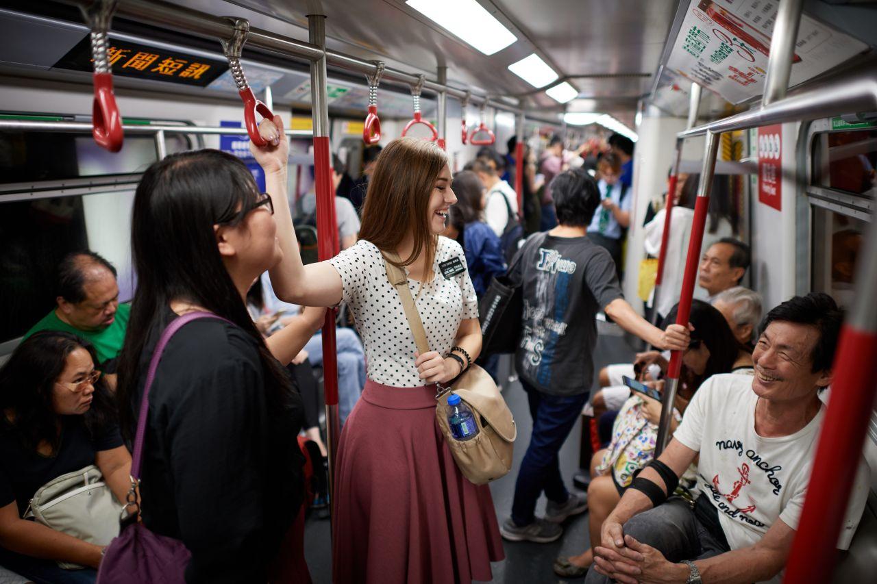 Dos misioneras hablan con un hombre en el transporte público