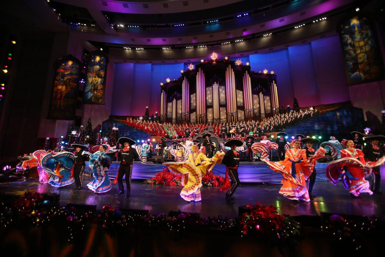 Personas bailan para celebrar la cultura latina