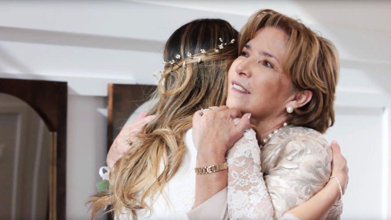 Una madre abraza su hija