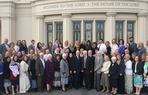 Elder Nelson und seine Frau zusammen mit Familie Hatfield beim Tempel