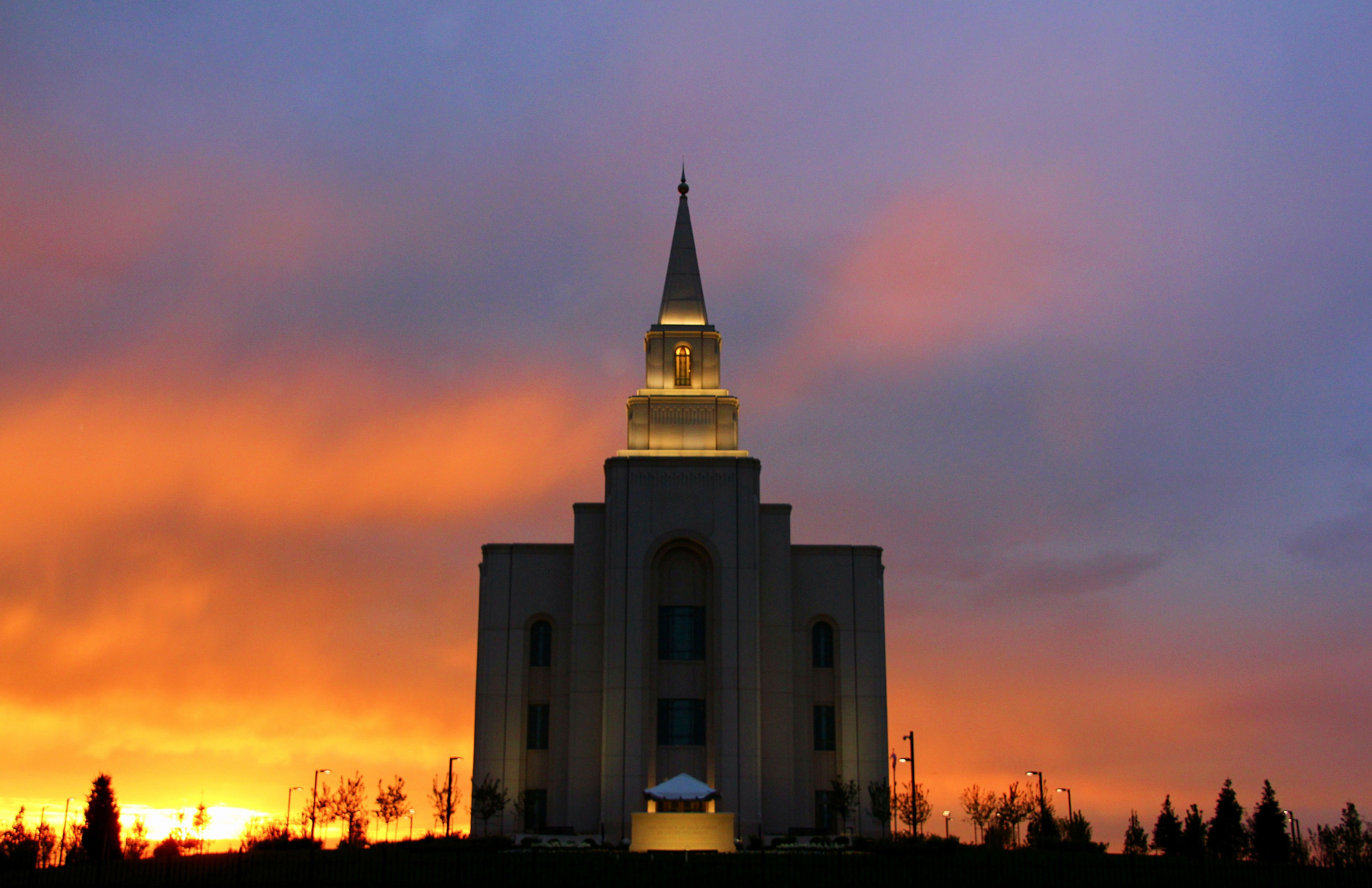 The front of the Kansas City Missouri Temple at sunset.