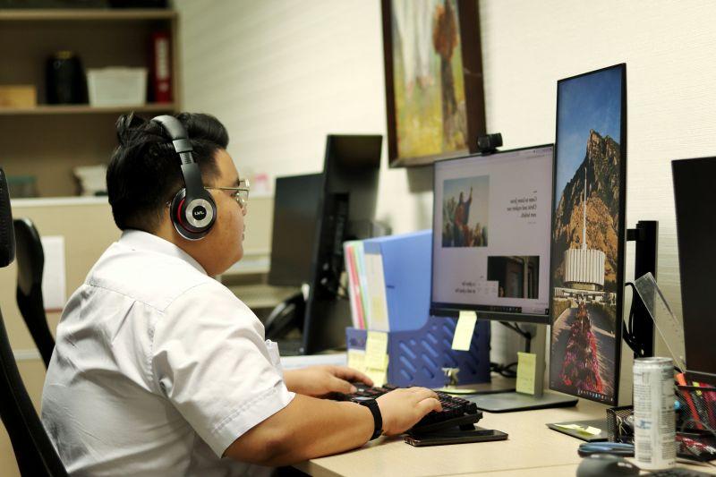 Một người đàn ông học về phúc âm của Chúa Giê Su Ky Tô trên máy tính