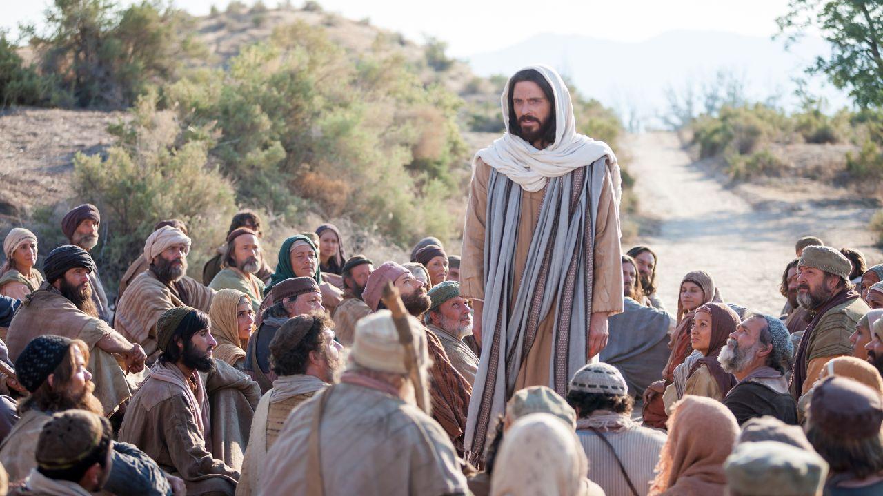 Jesucristo le enseña a una multitud a lado del camino