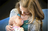 jeune femme tenant un nouveau-né