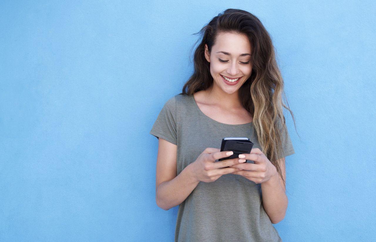 Un mujer se registra para recibir inspiración de Semana Santa en su teléfono