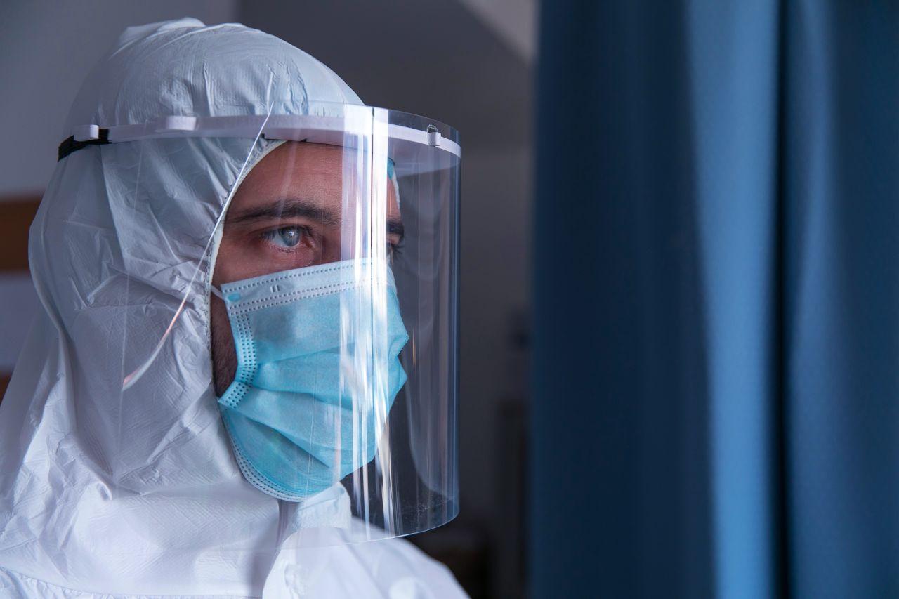 Un hombre vestido como Doctor sonríe