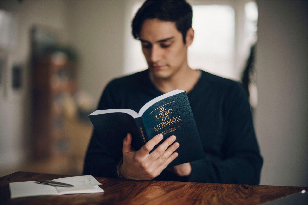 Un hombre estudia el Libro de Mormón