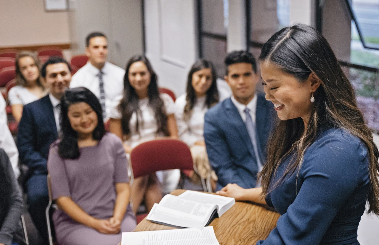 Một người phụ nữ dạy mọi người trong nhà thờ học về Chúa Giê Su Ky Tô