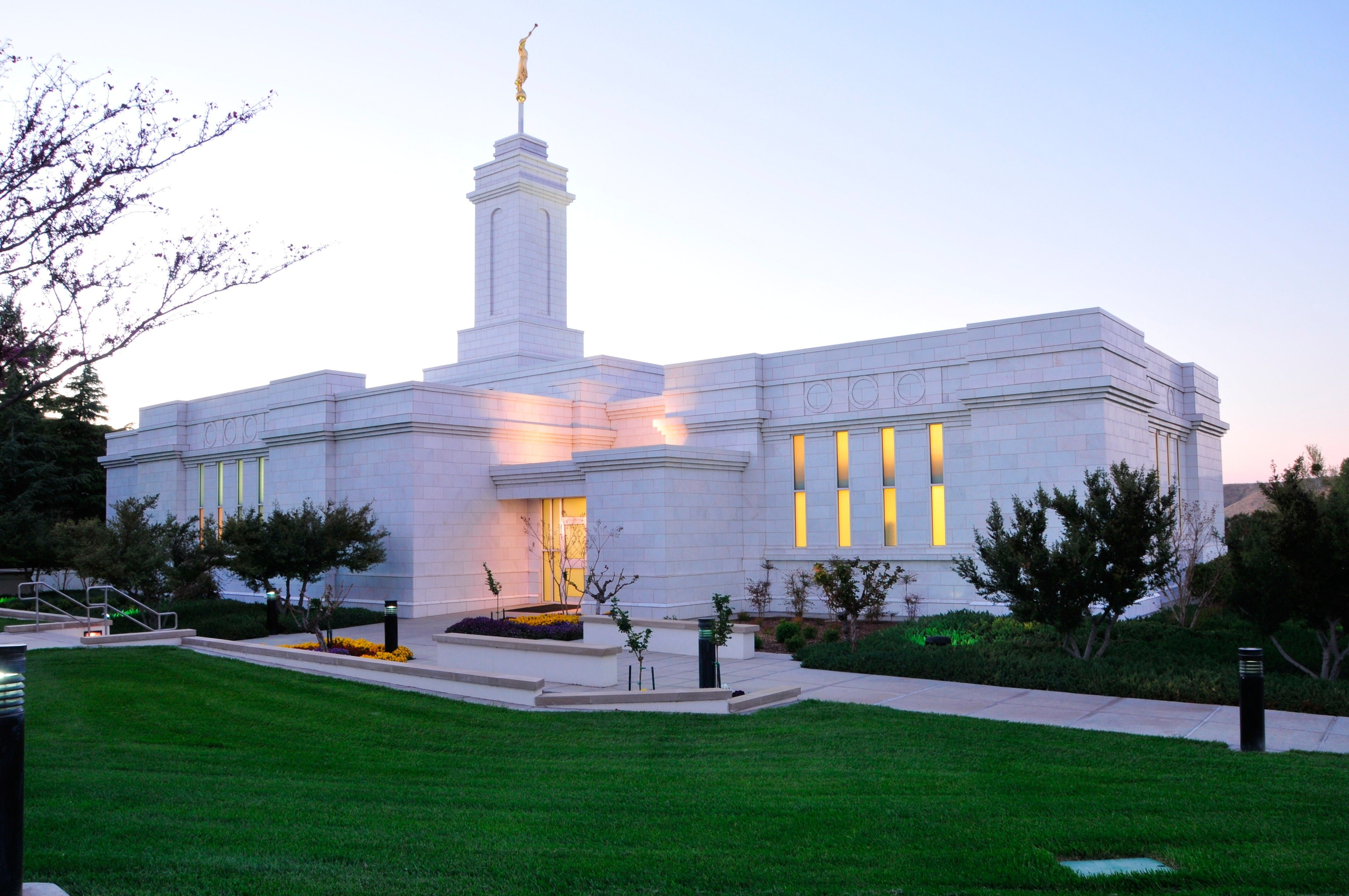 The Colonia Juárez Chihuahua Mexico Temple lit up in the evening.