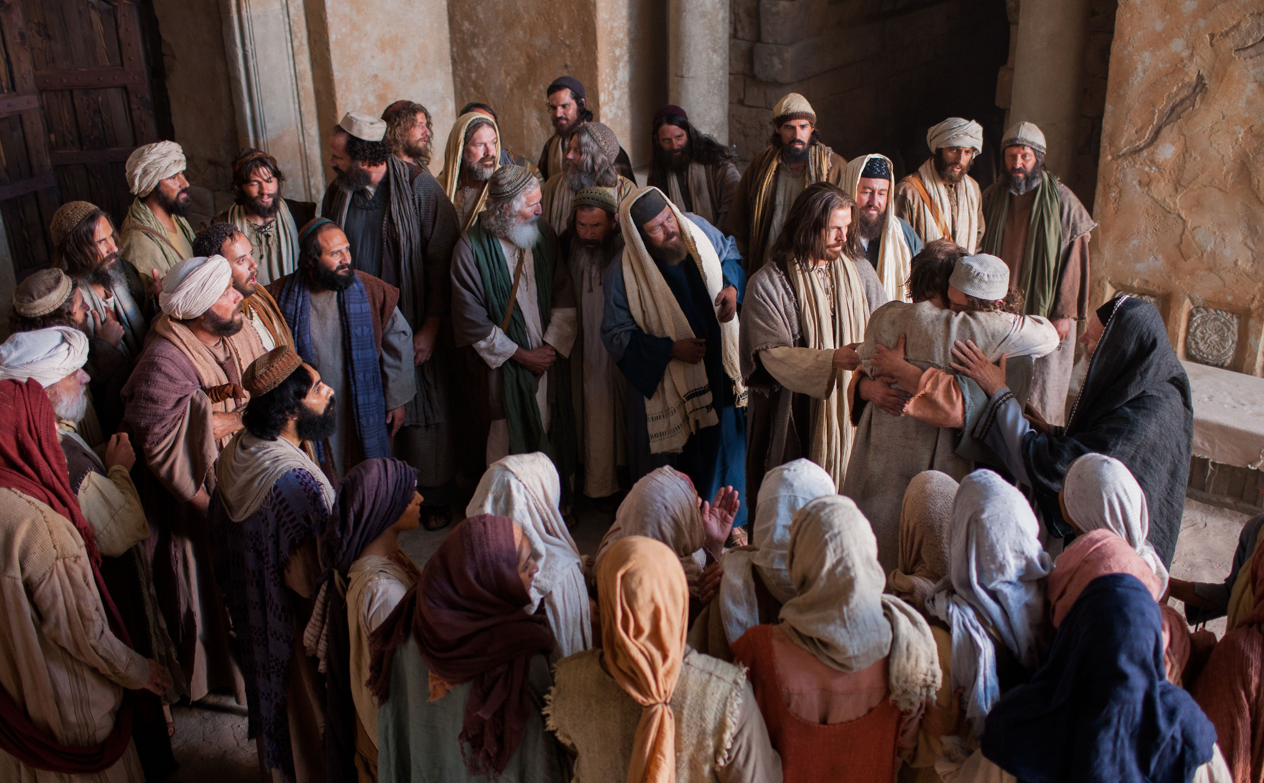 Men and women witness Jesus commanding the unclean spirit to leave the man.