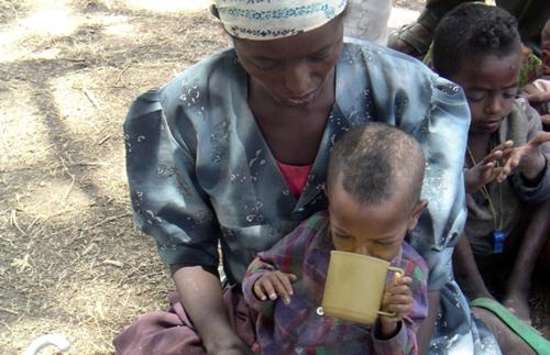 Madre e figlio durante la carestia in Etiopia