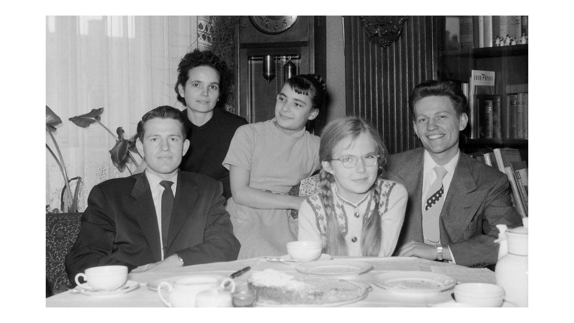 Zuster Uchtdorf met moeder en zus, en de zendelingen