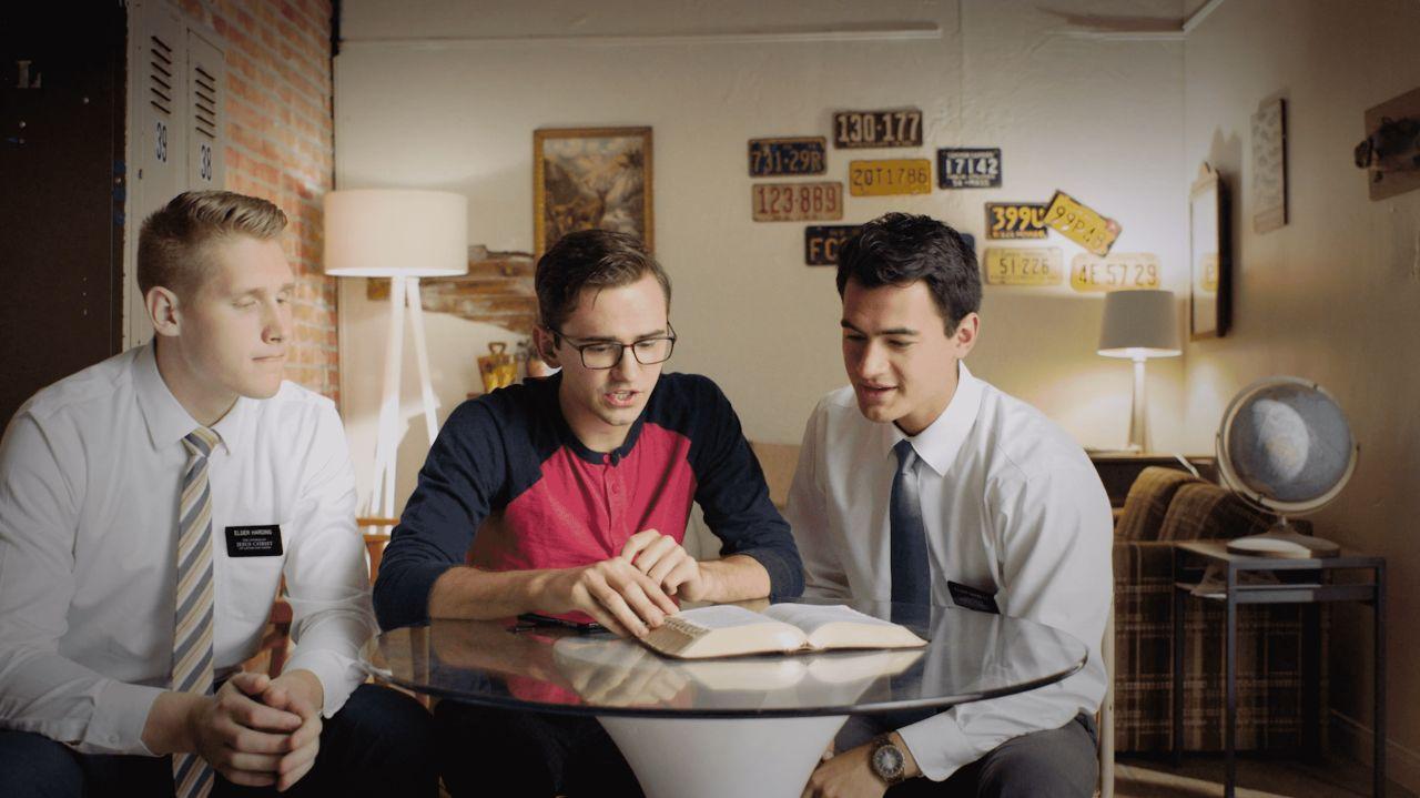 En s'appuyant sur le Livre de Mormon, deux missionnaires parlent de l'Évangile de Jésus-Christ à une personne dont ils ont reçu les coordonnées