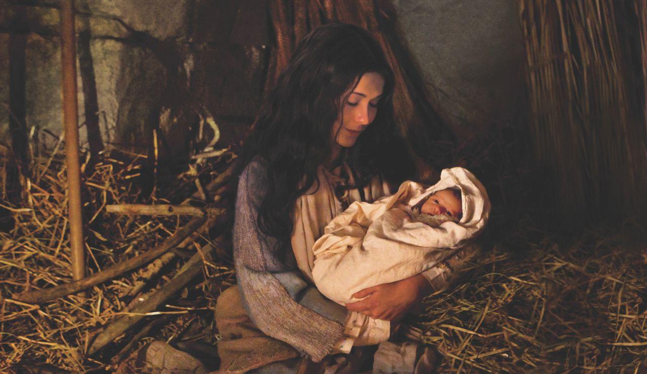 María sostiene al recién nacido Jesucristo en el establo