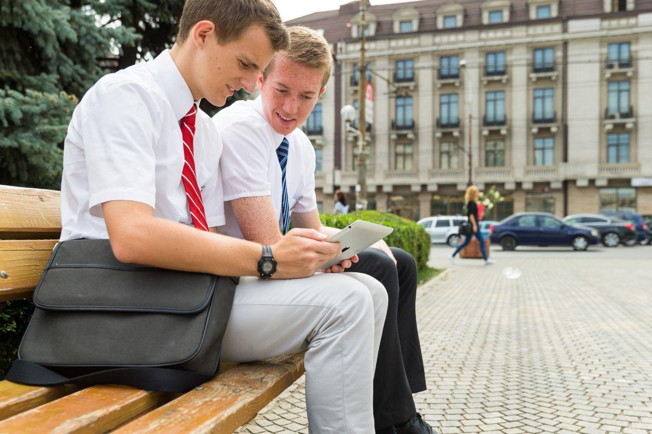 Deux missionnaires discutant en ligne avec quelqu'un