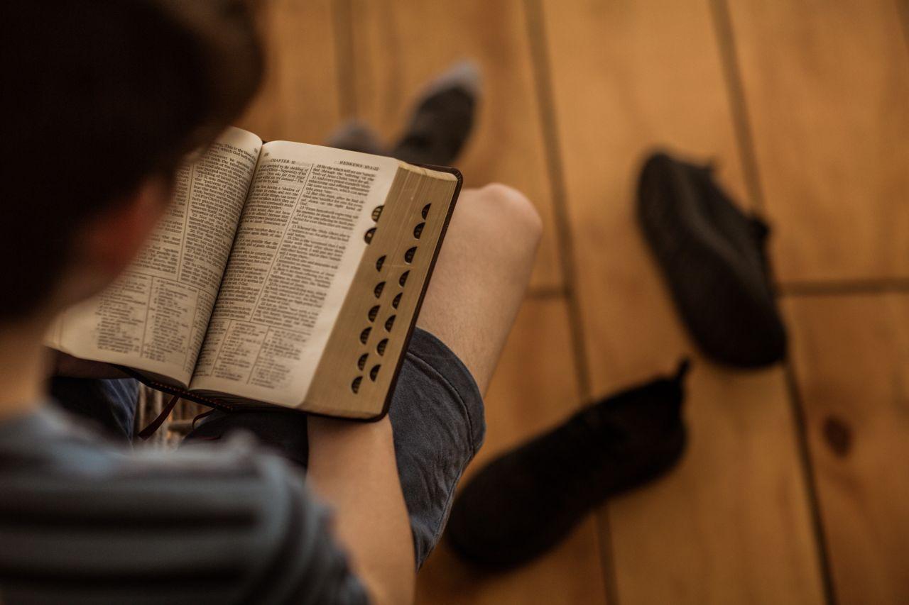 Un hombre estudia la Biblia y aprende de Jesús
