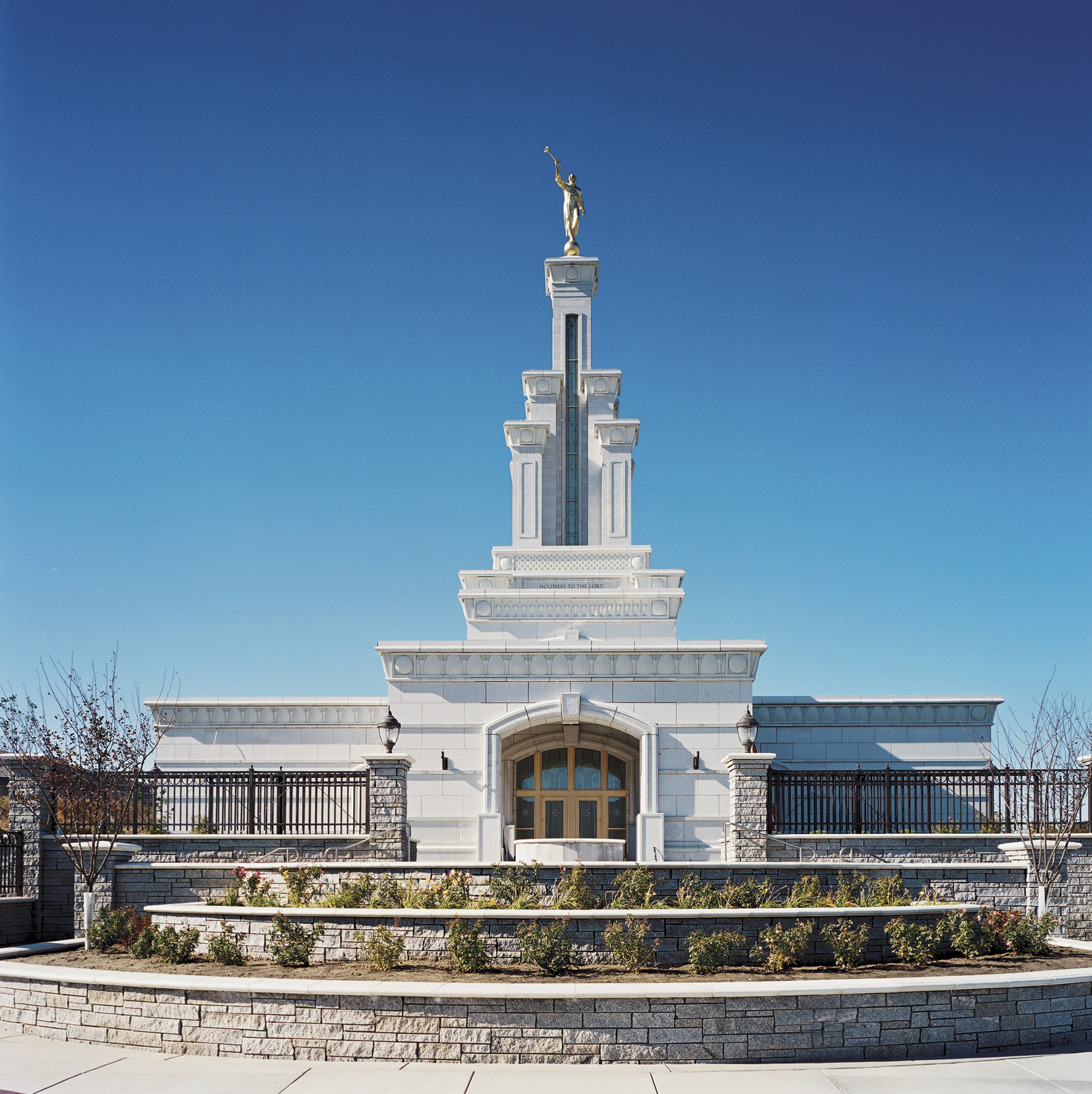 A front view of the Columbia River Washington Temple during the day.