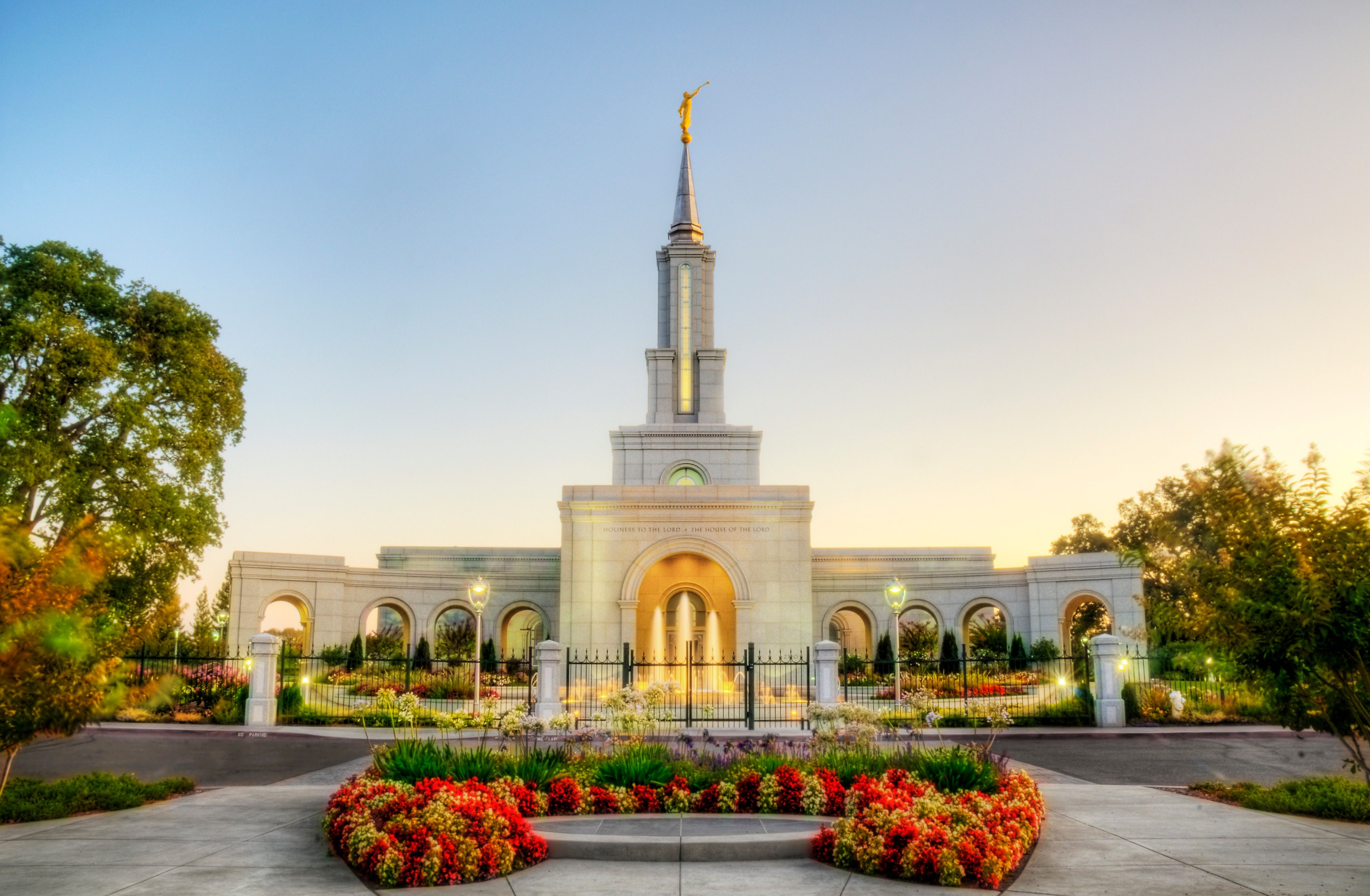 The Sacramento California Temple, with a water fountain near the entrance.