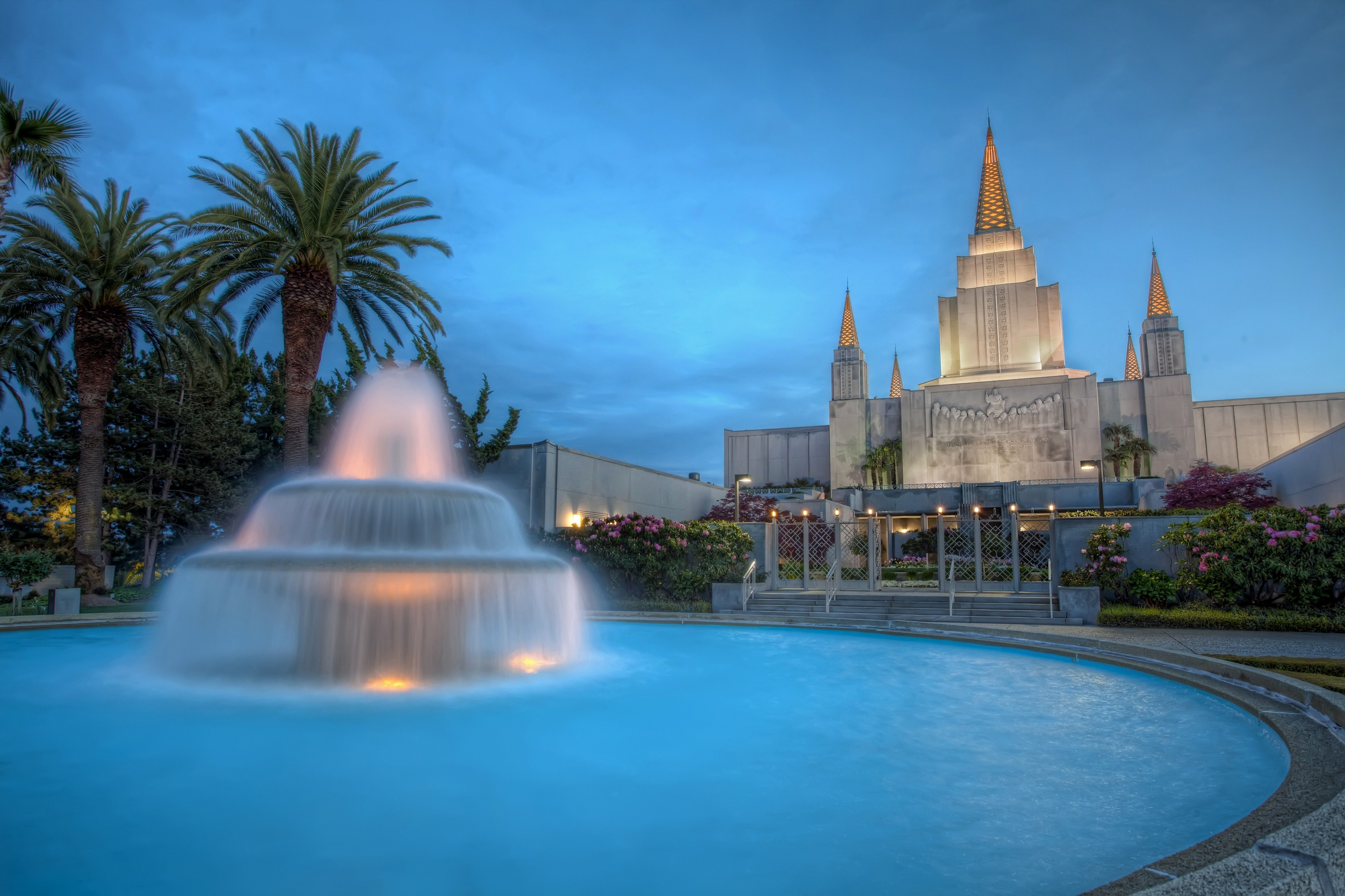 The Oakland California Temple fountain, including the entrance and scenery.