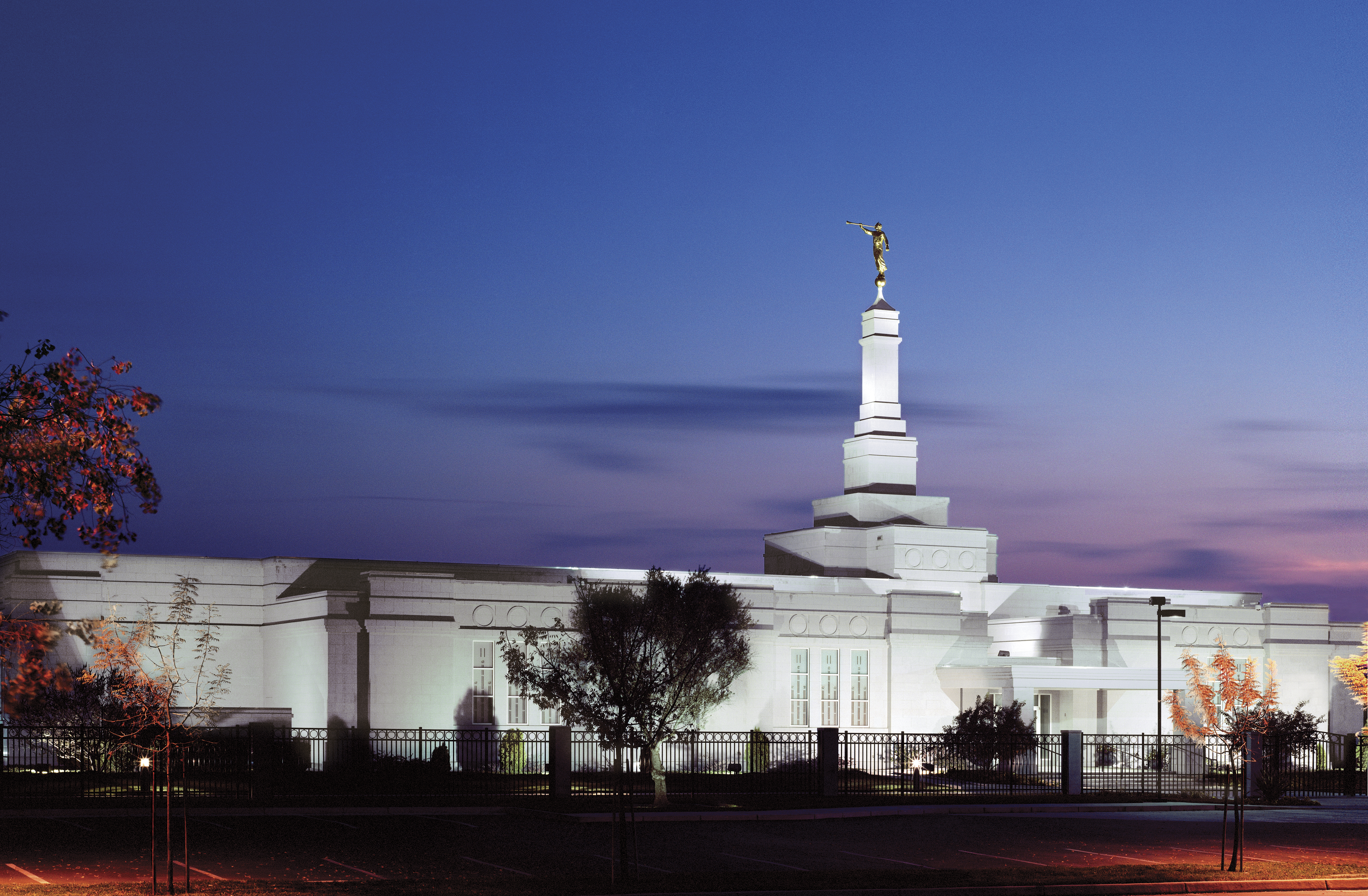 The Fresno California Temple lit up at night.