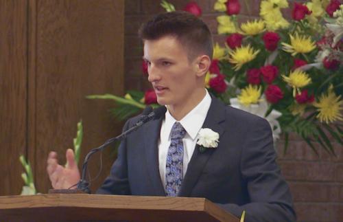 Zane Openshaw spricht bei der Beerdigung