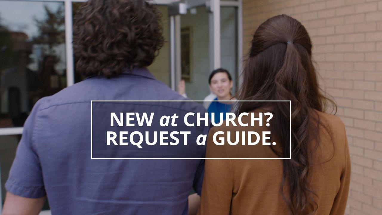 Una pareja entra junta en un edificio de la Iglesia