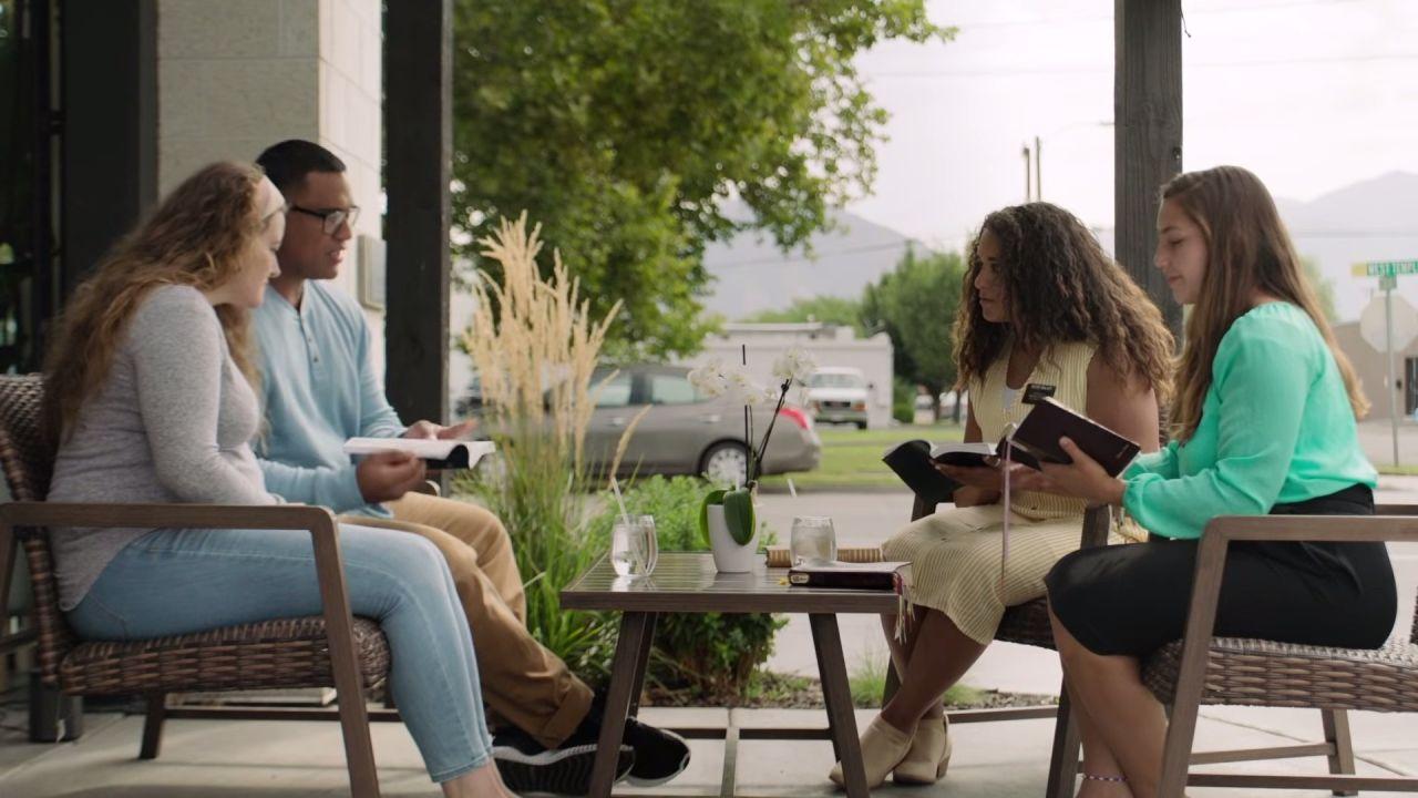 Hermanas misioneras enseñando a una pareja