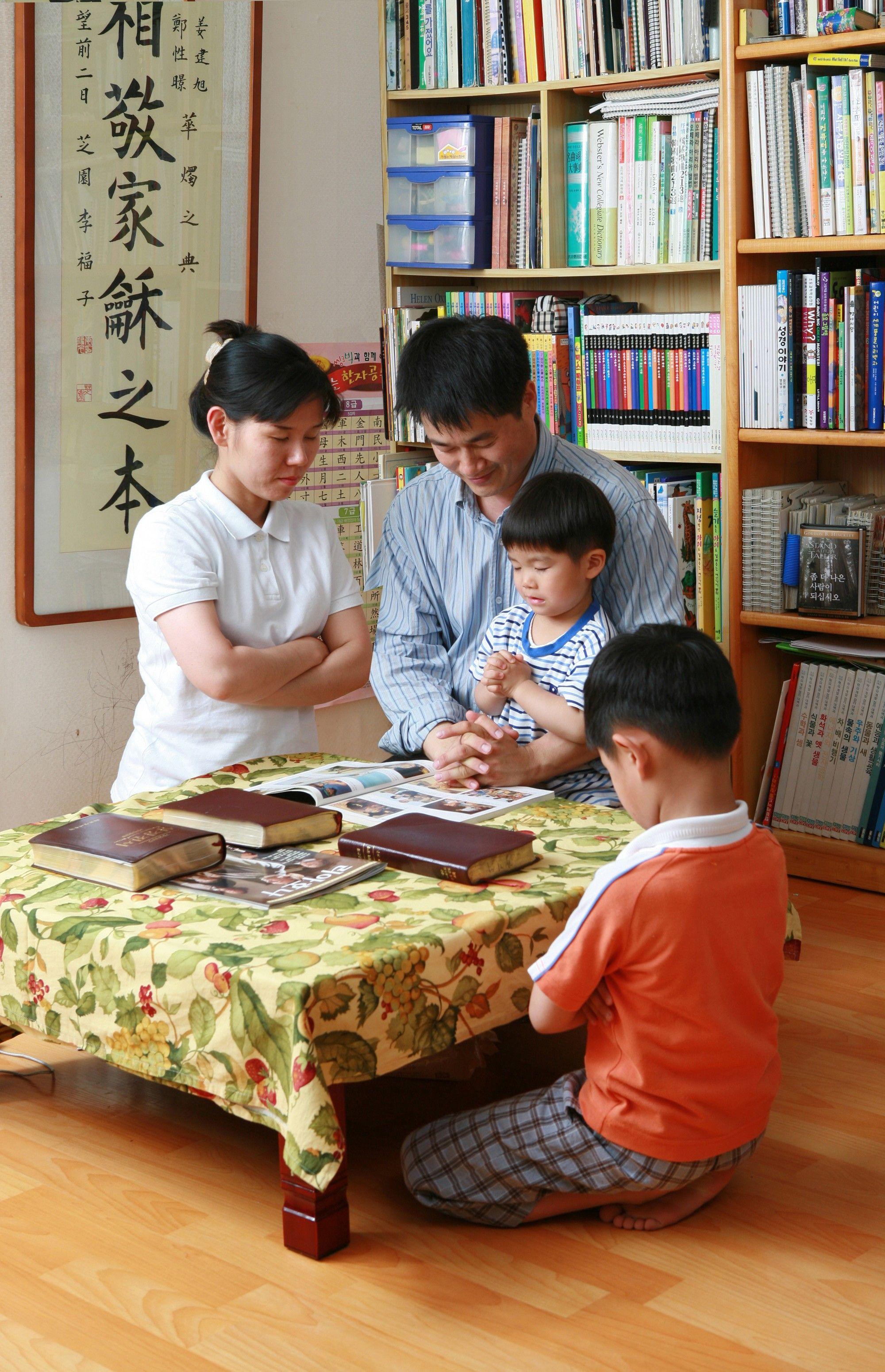 Family Prayer, by Hyun-Gyu Lee; GAB 112; nursery manual lesson 12, page 54; 3 Nephi 18:21