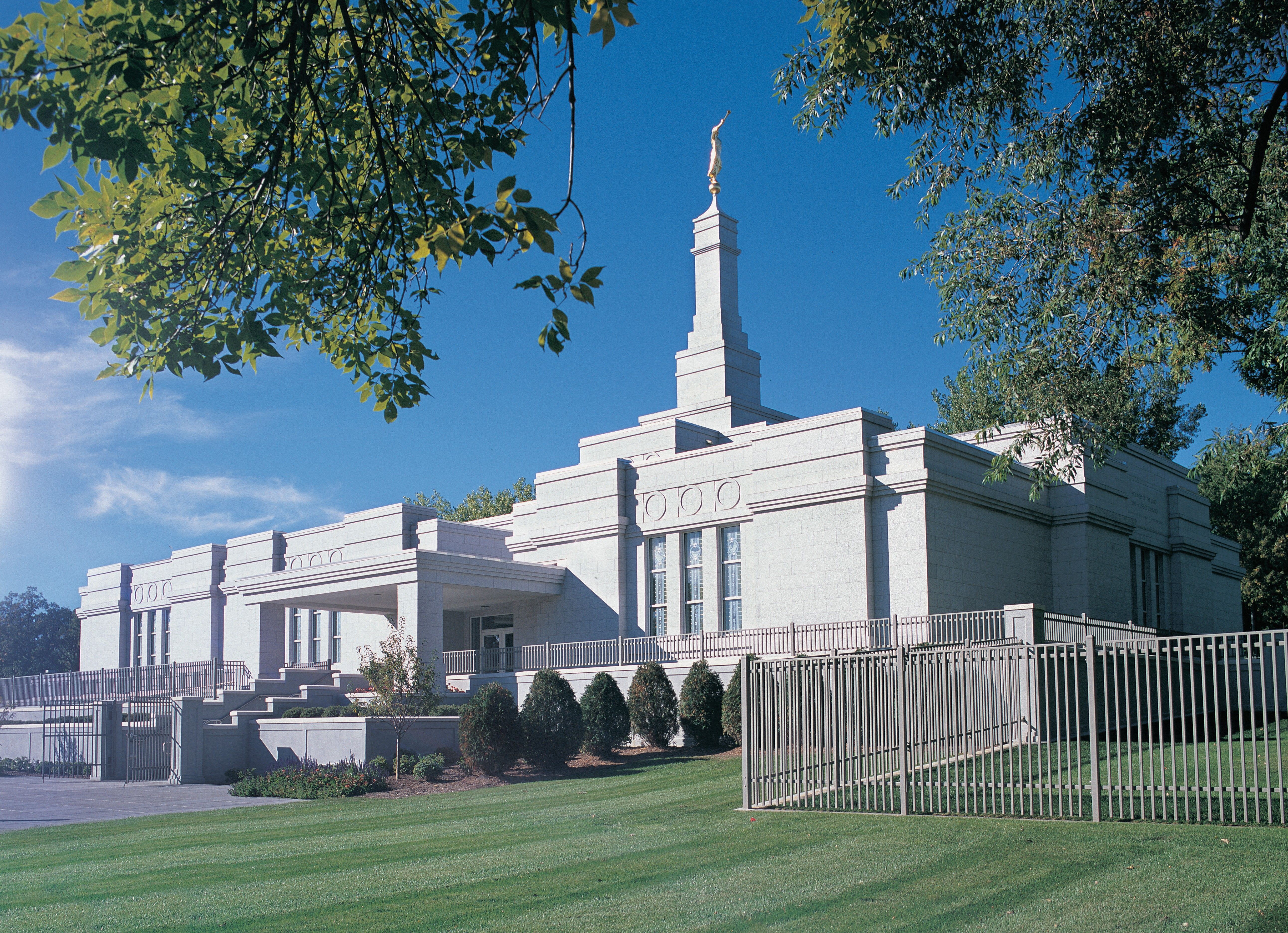 The St. Paul Minnesota Temple and lawn on a sunny day.