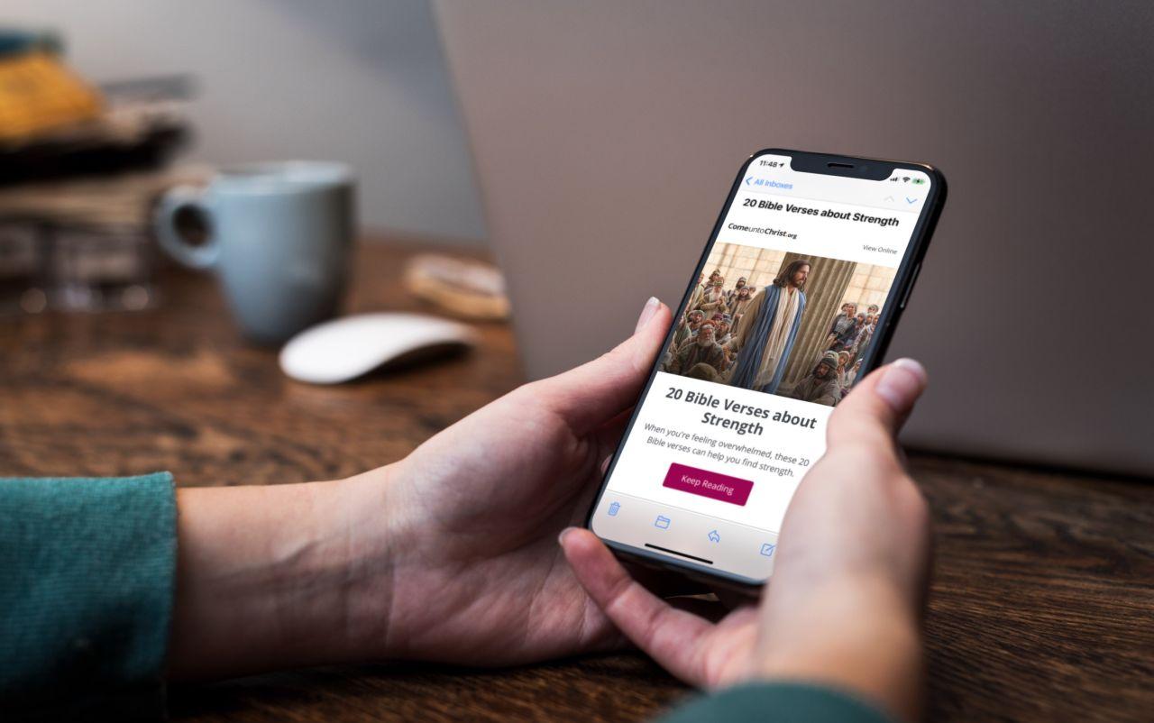 Une personne regarde un article concernant la Bible sur son téléphone
