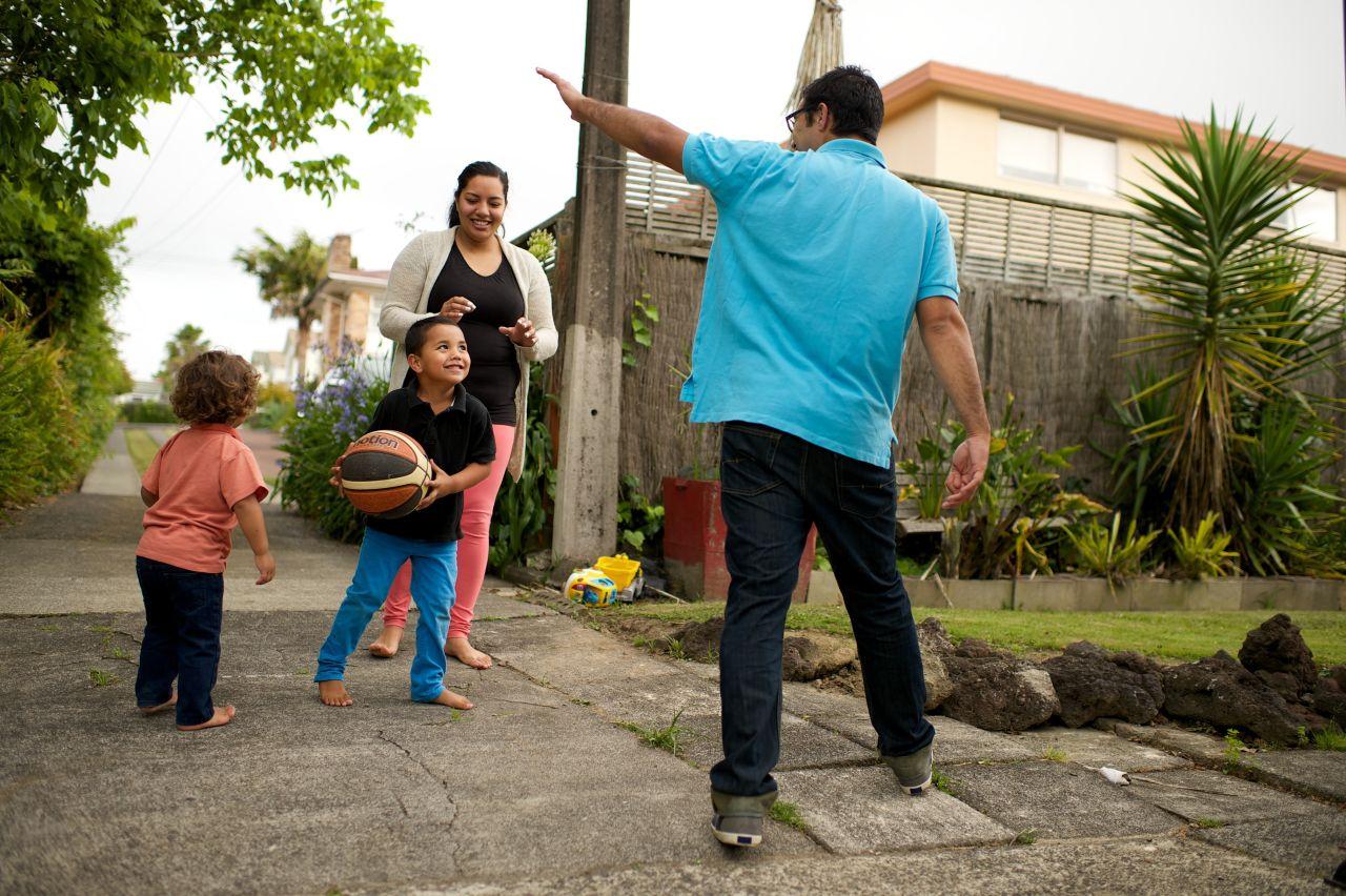 Una familia juega feliz en el patio de su casa