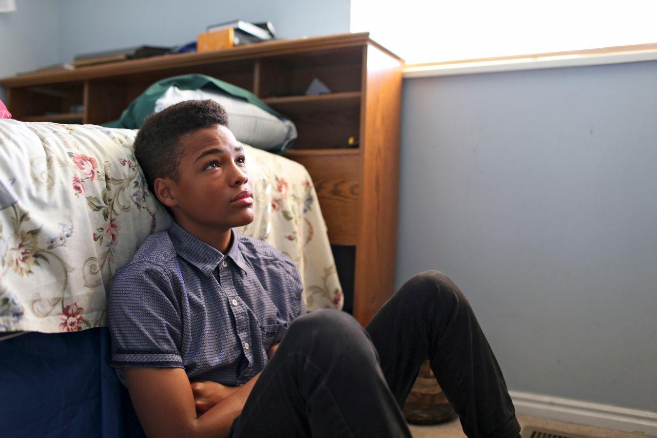 Un joven medita sobre quien es