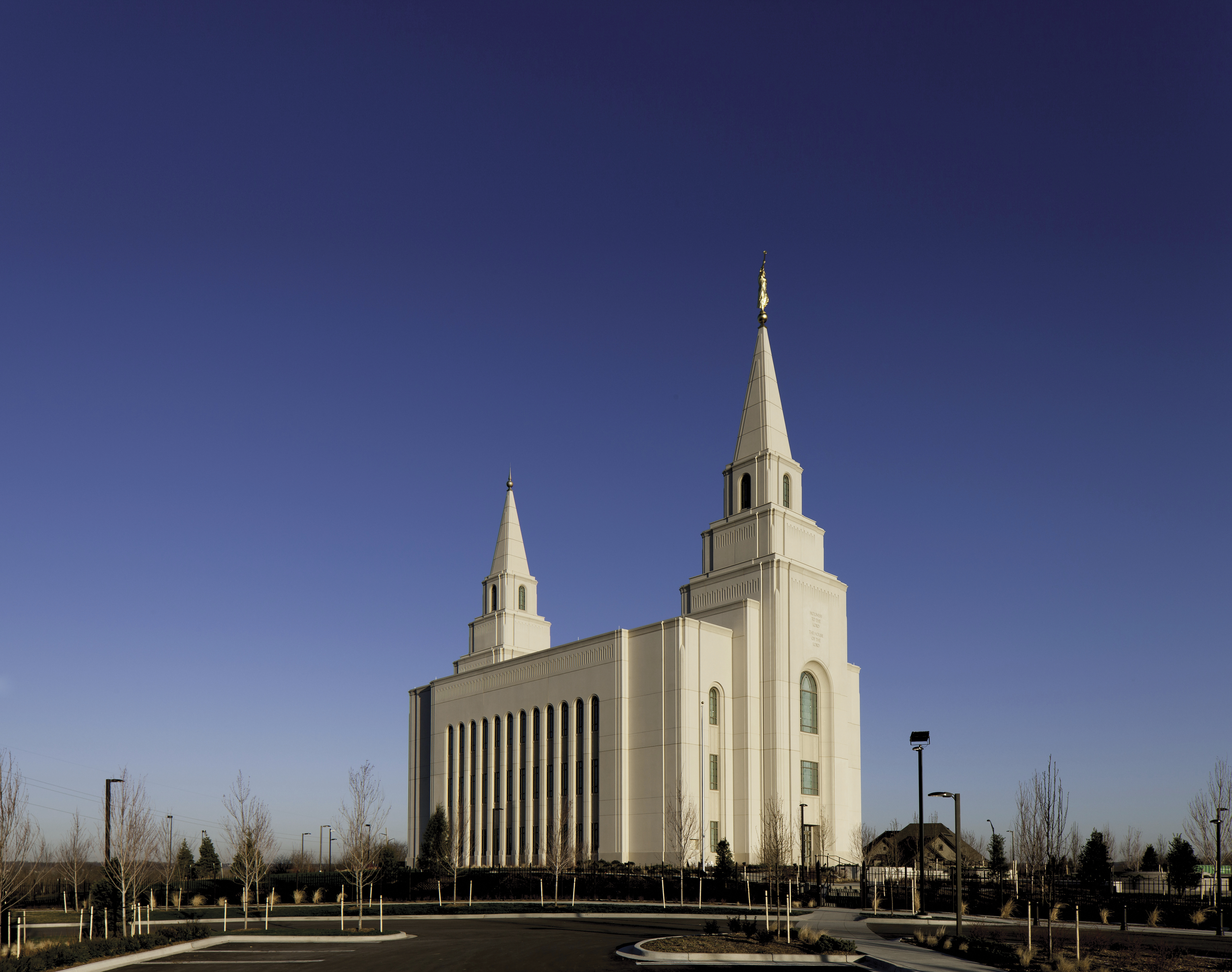 A view of the Kansas City Missouri Temple from the grounds.