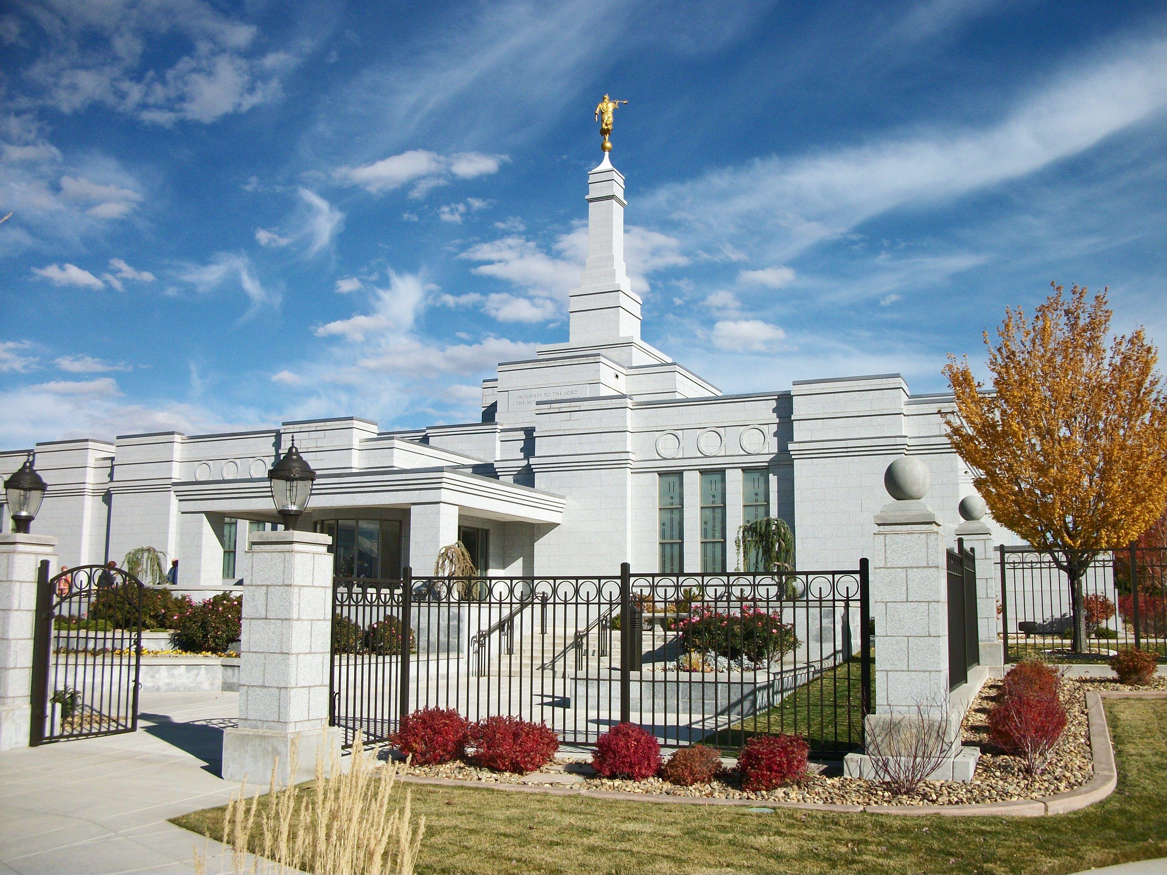 The Reno Nevada Temple entrance, including scenery.