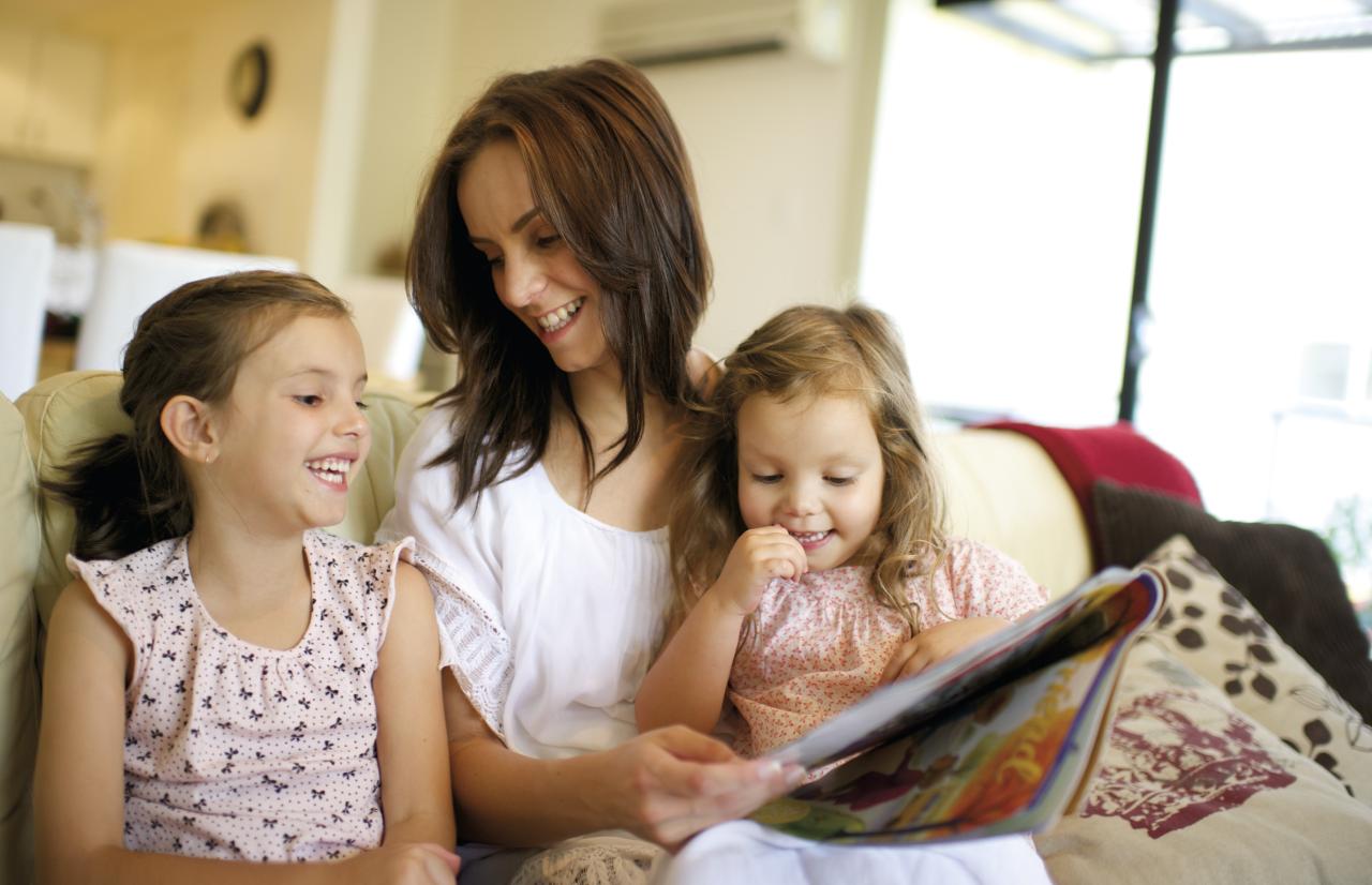 Una madre se sienta con su hijo pequeño mientras le enseña sobre el Evangelio