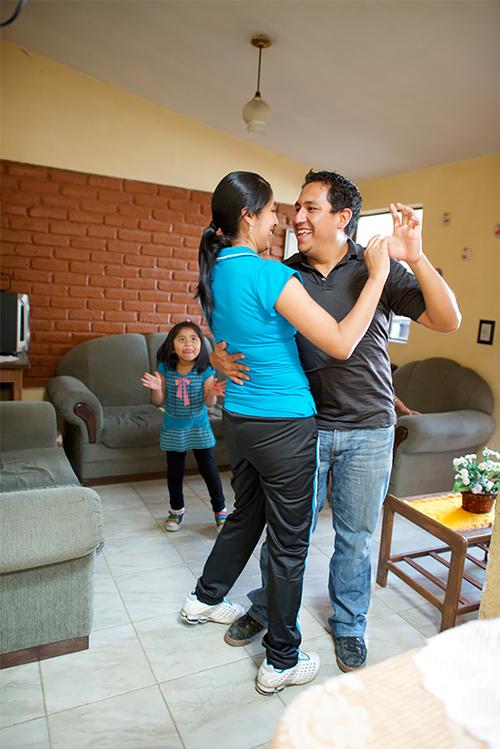 Eltern tanzen miteinander