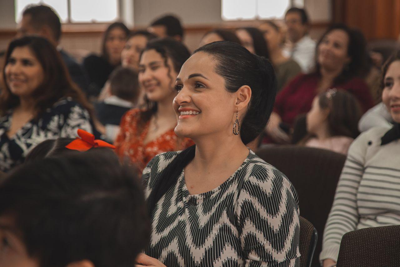 Una mujer asiste a la Iglesia y aprende de la palabra de Dios