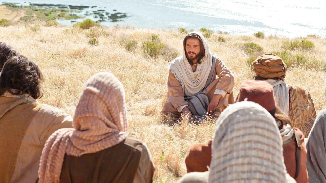 Jésus-Christ prêche le sermon sur la montagne comprenant les Béatitudes.