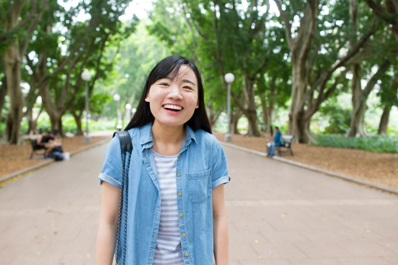 Mulher sorrindo ao ar livre