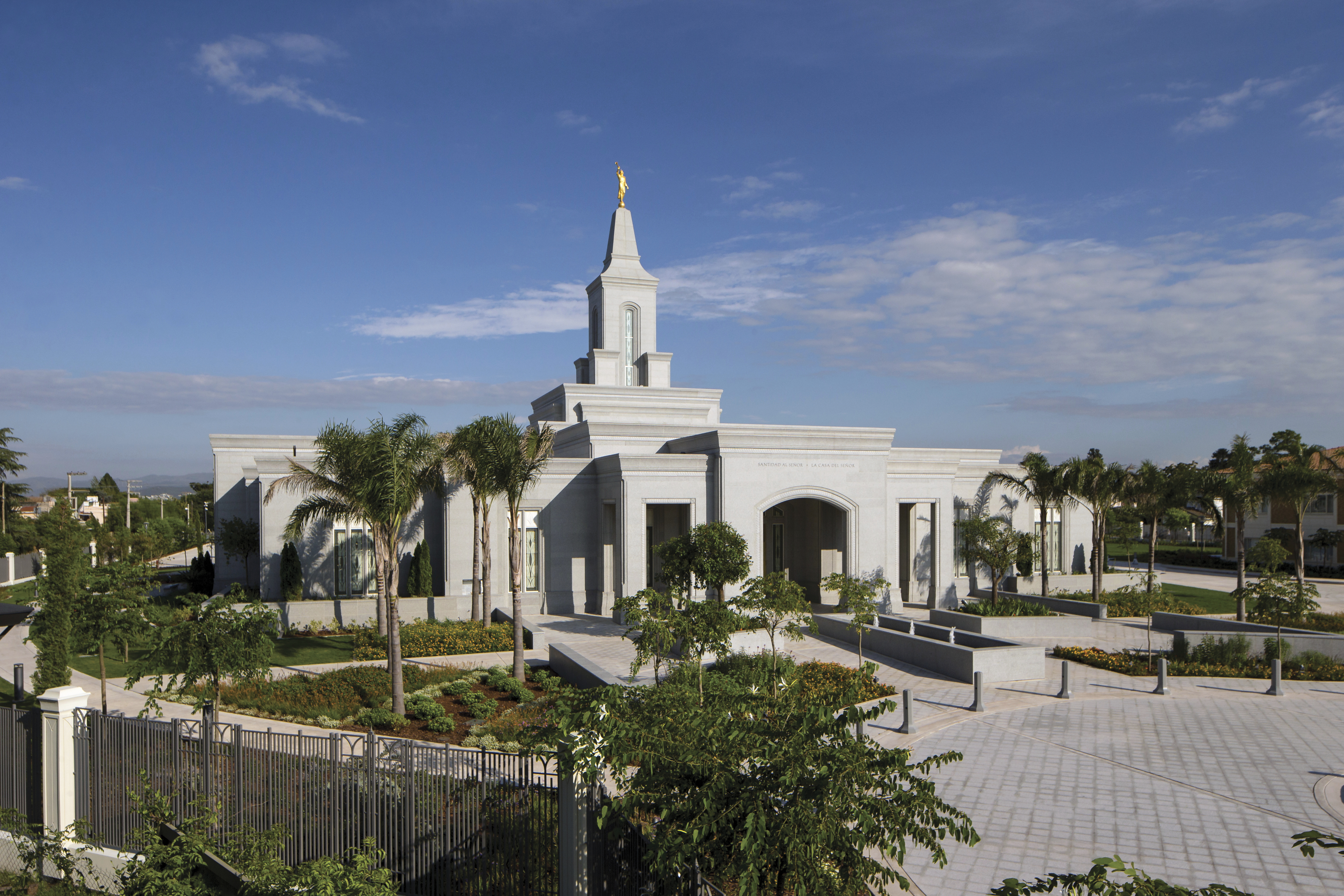 A front view of the Córdoba Argentina Temple and grounds.