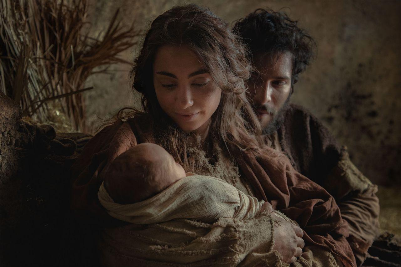 Marie et Joseph tiennent l'enfant Jésus