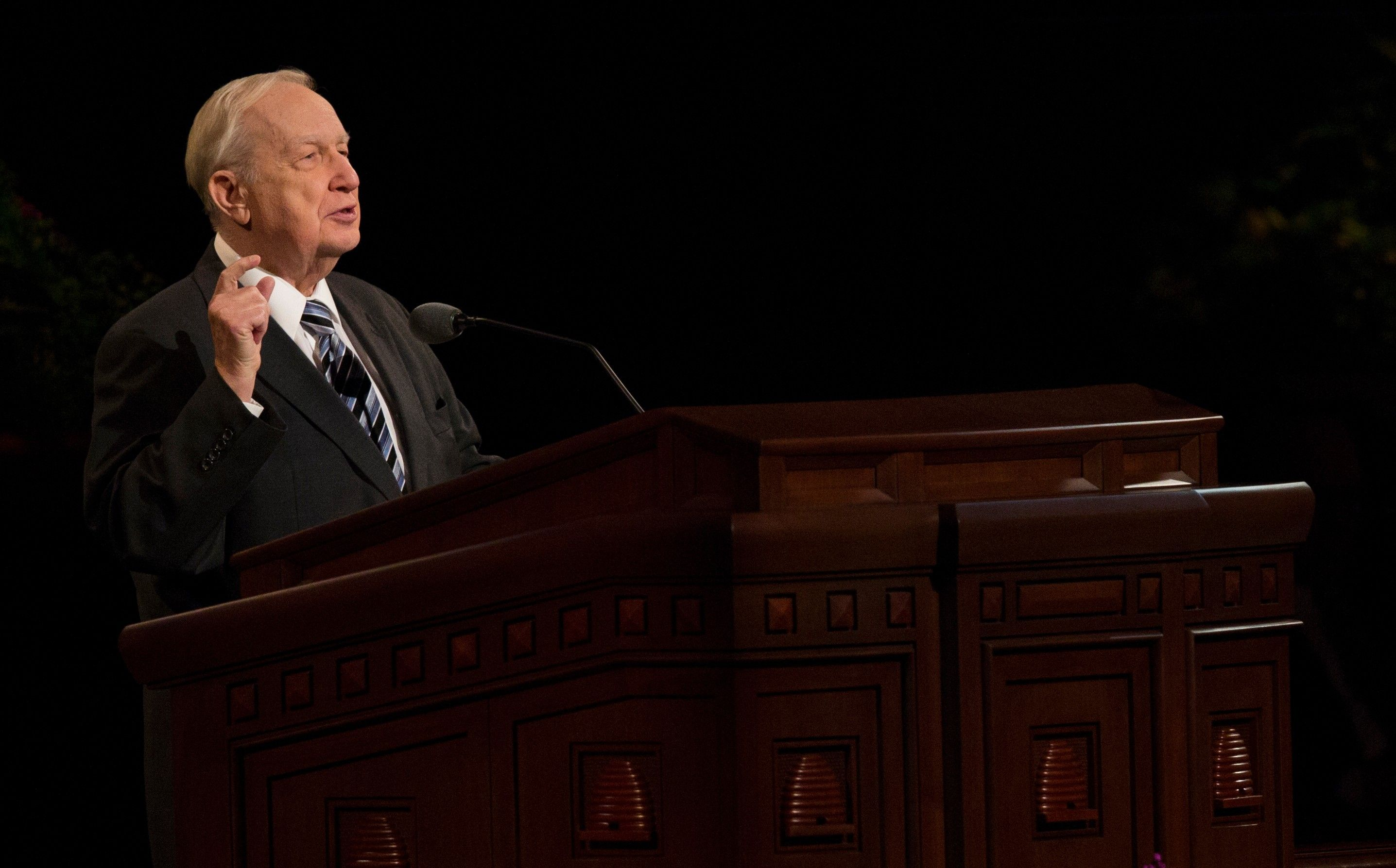 Richard G. Scott speaking at the pulpit in general conference.