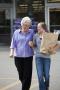 Remaja putri membantu dengan belanjaan