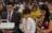Una famiglia prende il sacramento