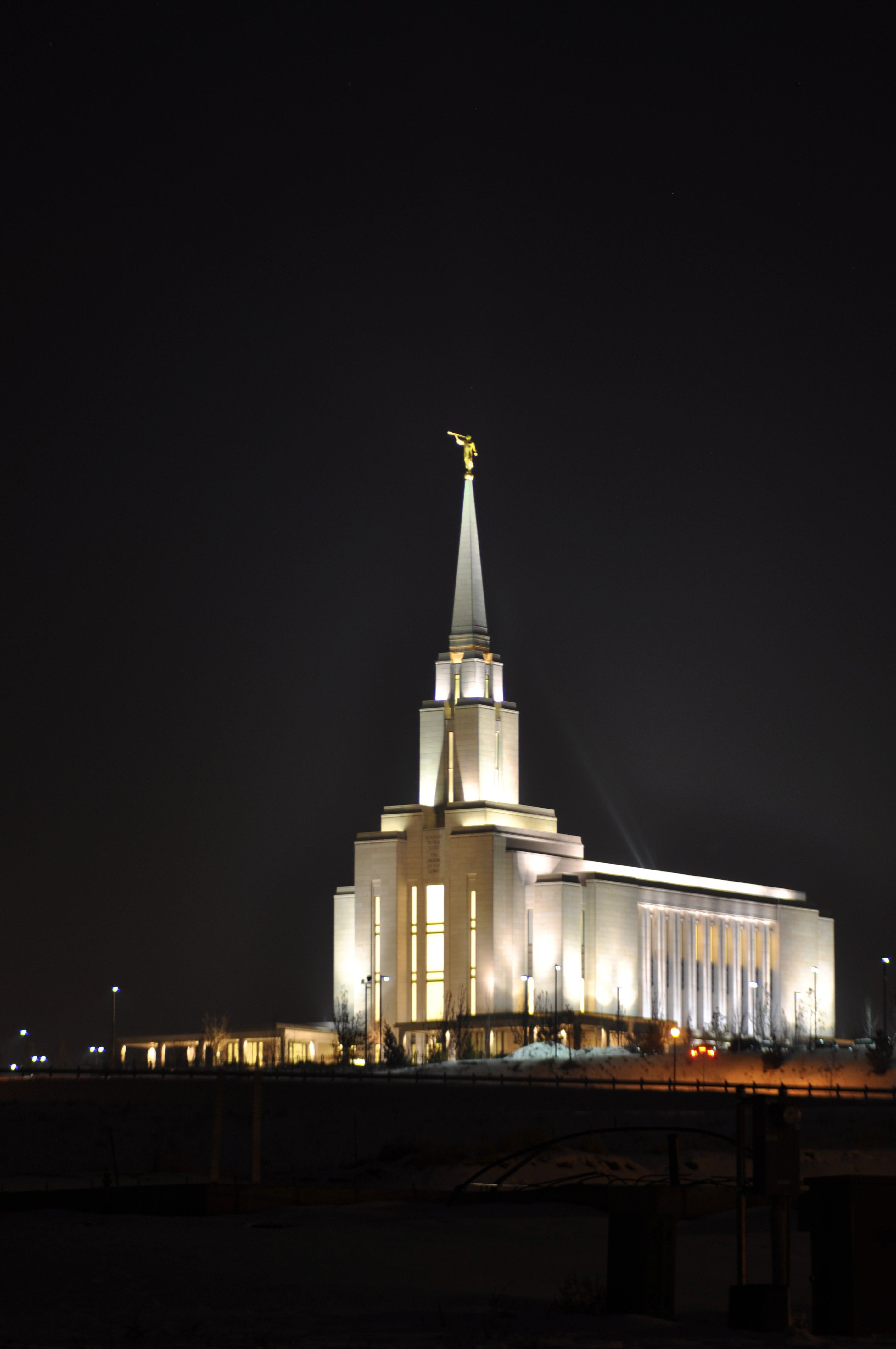 The Oquirrh Mountain Utah Temple in the evening.