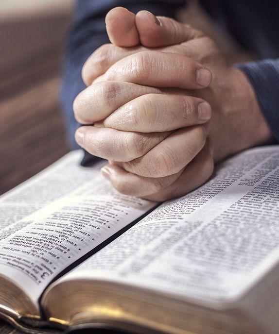 una familia leyendo la Biblia