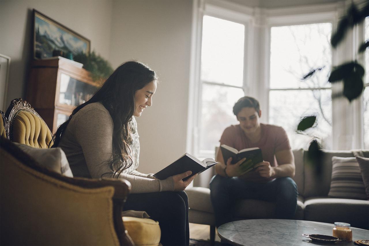 Dos personas leyendo juntos el Libro de Mormón