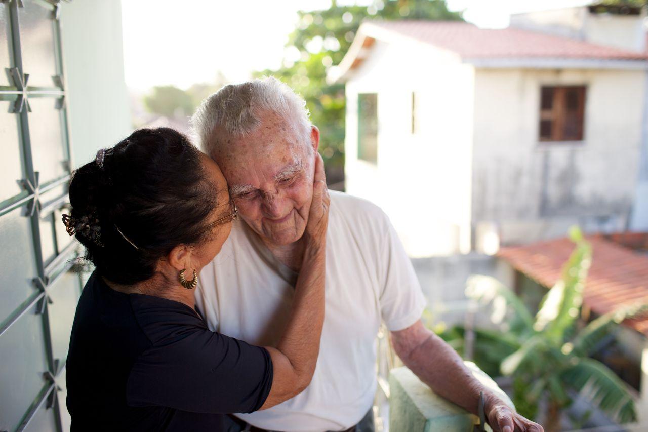 Una pareja sonríe al contemplar las bendiciones del matrimonio